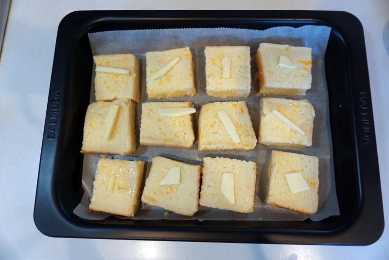 角皿に、パンを並べる。